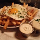 au cheval crispy fries with mornay sauce, garlic aioli & fried farm egg